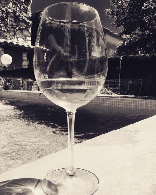 verre de vin au bord d'une piscine