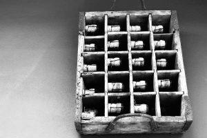 caisse avec bouchons de vin